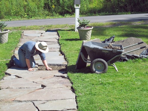 Distribute the crushed stone to make a level base.